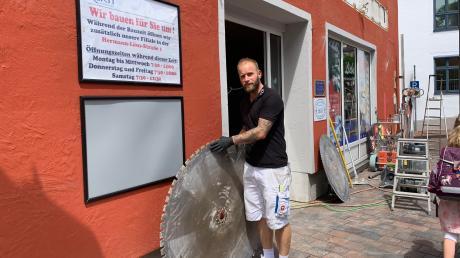 Das Hauptgeschäft der Metzgerei Reich in Merings Ortszentrum ist voraussichtlich bis September geschlossen.  Juniorchef Alexander Reich packt  bei den Umbauarbeiten kräftig mit an.