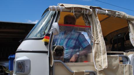 Ein Extra-Fenster hat Siegfied Weidinger in seine Ape angebracht, weil er bemerkte, dass Moppie in seinem Korb nach Luft hechelte.