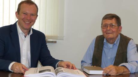 Franz Knittel überreichte Bürgermeister Florian Mayer die Meringer Ortschronik für 2019.