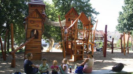 Seit Anfang Juni dürfen die Kinder auf den neuen Abenteuerspielplatz im Friedberger Schlossplatz. Die Anwohner sind derweil geplagt von dem Lärm.