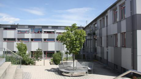 Die staatliche Landwirtschaftsschule/Zweig Hauswirtschaft an der Johann-Niggl-Straße in Friedberg (im Foto links zu sehen) bleibt erhalten. Der Hauptsitz in Stadtbergen wird dagegen 2022 geschlossen.
