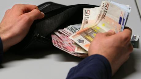 In Geisenfeld ist eine 88-Jährige Opfer der Rechtsanwalt-Masche geworden. Sie übergab einem Unbekannten 10.000 Euro.