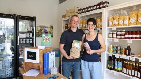 Josef und Monika Sieber kümmern sich liebevoll um ihren Hofladen am Sieberhof in Sainbach nahe Inchenhofen. Hier kann man sich selbst bedienen und auf Vertrauenskasse einkaufen.