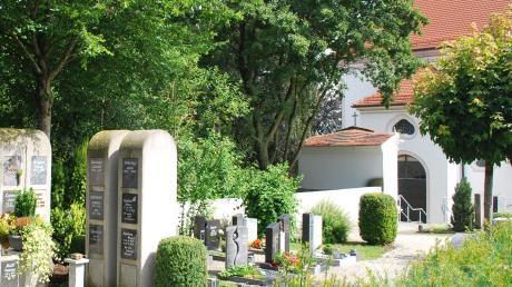 Immer öfter wird eine Feuerbestattung gewählt. Auch beim Großkötzer Friedhof ist die Nachfrage nach Gräbern für Urnen groß. Der Gemeinderat hat beschlossen, weitere Stelen anzuschaffen. Über die Neugestaltung des nordwestlichen Friedhofsteils soll erst später entschieden werden.