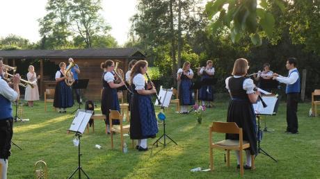 Für die kurzweilige Sommerserenade mit bayerischen, böhmischen und modernen Stücken erhielten die Musiker des Musikvereins viel Applaus von den zahlreich erschienenen Besuchern.