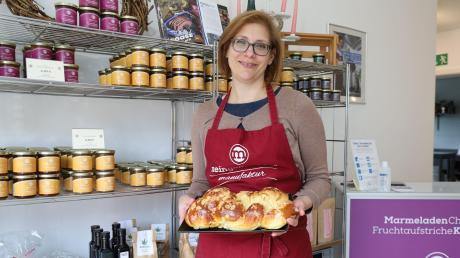 Christiane Zimmermann möchte ihre Gäste in ihrem Café in Eresried unter anderem mit ihrem selbst gebackenen Butterzopf bewirten.