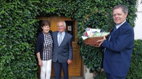 Marianne und Leonhard Schmelcher feiern die goldene Hochzeit. Dazu gratuliert Bürgermeister Helmut Luichtl (rechts).
