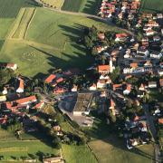Die Entwicklungspotenziale der Gemeinde Ried sind von Experten analysiert worden. Hier ist der Hauptort mit dem neuen Supermarkt im Zentrum zu sehen.