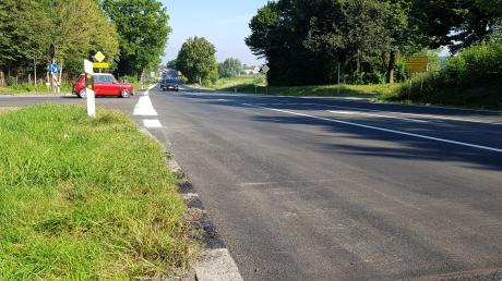 Nach der Sanierung ist die B2 zwischen Mering und Merching wieder freigegeben. Hier ist der Kreuzungsbereich mit der Staatsstraße 2052 in Merching zu sehen.