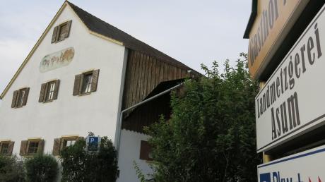 Der Landgasthof Asum in Laimering schließt seine Pforten. Stadl und Gaststätte werden abgerissen. Gegen die Pläne des Inhabers haben einige Laimeringer nun Unterschriften gesammelt.