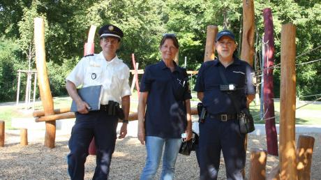 Marlene Winkler und Aman Ghorab von der Friedberger Sicherheitswacht unterstützen die Polizei. Die Schichten teilt der stellvertretende Inspektionsleiter Martin Binder (links) ein.