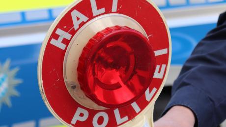 Ein Mann soll seine Frau umgebracht haben - der Polizei sagte er allerdings, dass die Frau im Streit bei München aus einem Auto gesprungen ist.