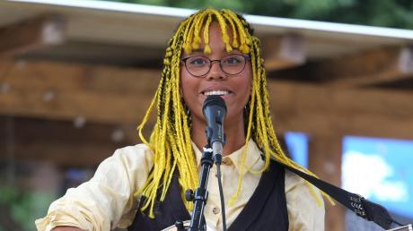 Die 18-jährige Malaika Lermer präsentierte an der Gitarre drei selbst geschriebene Songs.