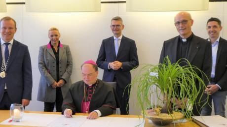 Bischof Bertram Meier zusammen mit (von links) Bürgermeister Florian Mayer, Silvia Braatz, Peter Tomaschko, Pfarrer Thomas Schwartz und Stefan Hummel.