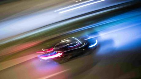 In Augsburg lieferten sich zwei Fahrer ein illegales Autorennen. Die Polizei hofft auf Zeugenhinweise.