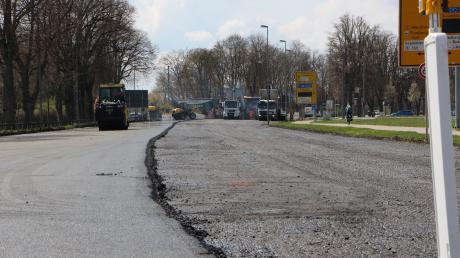 Seit Montag wird der Straßenbelag auf der B300 bei Friedberg erneuert.