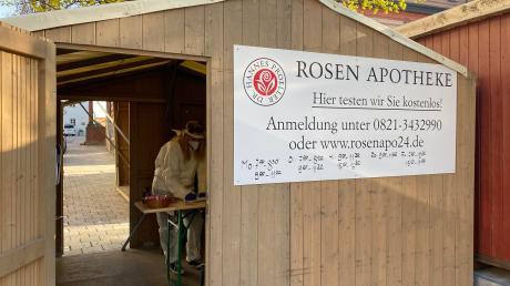 In den Buden des Altstadtfests hat jetzt Apotheker Dr. Hannes Proeller zwei Teststationen für Corona-Schnelltests aufgebaut.