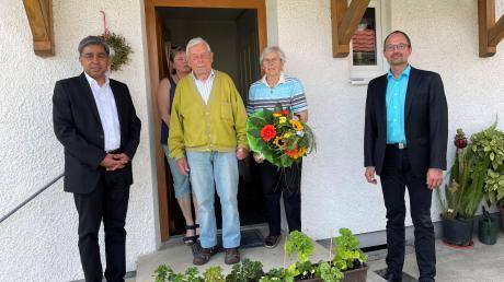 Glückwunschrunde in Dasing: (von links vorne) Pfarrer Justin Nambelil, Jubilar Georg Schmid mit Ehefrau Aloisia, Bürgermeister Andreas Wiesner sowie hinten: Tochter Luise Katzenschwanz.
