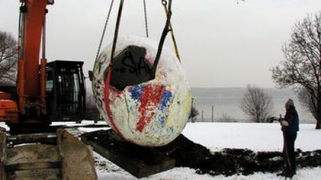 Sicher am Haken des Baggers schwebte das Dudek-Ei an der Uttinger Uferpromenade über den Schnee. Ein Abbruchunternehmen hatte es ausgegraben - es blieb heil und soll nun am Badanger eine neue Heimat finden. Foto: Renate Greil