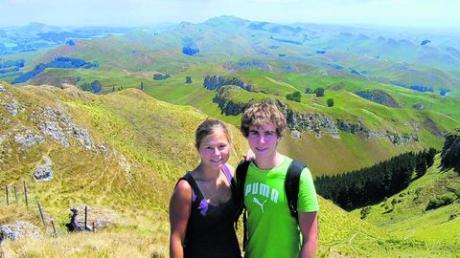 Wibke, Christian und die für Neuseeland typischen grünen Hügel auf dem Te Mata Peak bei Hastings an der Ostküste.