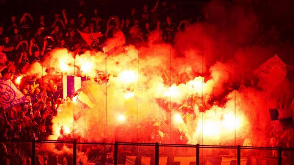 Fussball Ultra Fans Fordern Legalisierung Von Pyrotechnik