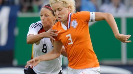 Mit Topspielerinnen wie Daphne Koster (r) will das Oranje-Team den DFB-Frauen Paroli bieten.