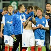 Kiels Spieler traurig nach dem verlorenen Rückspiel in der Relegation und dem damit einhergehenden verpassten Aufstieg. Foto: D. Bockwoldt