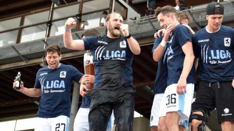 1860-Trainer Daniel Bierofka (M) und seine Spieler feiern den Aufstieg in die 3. Liga. Foto: Angelika Warmuth