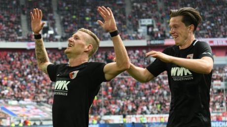 Augsburg-Rückkehrer Andre Hahn (l) bejubelt mit Michael Gregoritsch sein Siegtor in Düsseldorf. Foto: Ina Fassbender