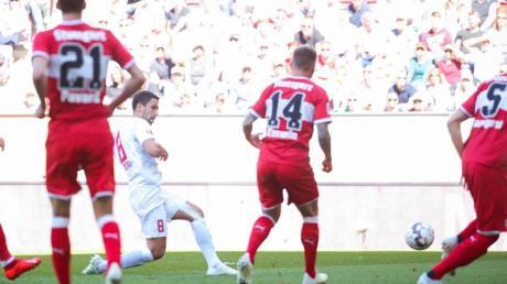 Der Augsburger Rani Khedira trifft zum zwischenzeitlichen 1:0.