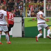 Marco Terrazzino (2.v.l) lässt FCN-Keeper Christian Mathenia keine Chance und trifft zum 1:0 für Freiburg. Foto: Patrick Seeger