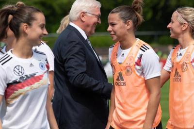 Steinmeier lobt frechen Spot der DFB-Frauen