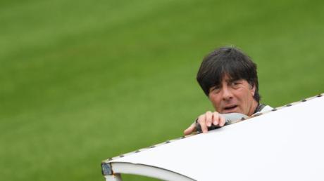 Bundestrainer Joachim Löw wird wegen der Nachwirkungen eines Sportunfalls beim Saisonabschluss des DFB-Teams fehlen.
