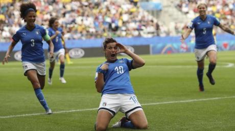 Cristiana Girelli (M.) feiert einen ihrer Treffer.