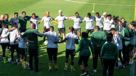 Südafrikas Fußball-Frauen bilden bei der WM in Frankreich beim Training einen Kreis.