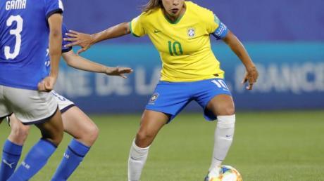 Holte im Spiel gegen Italien ihren 17. WM-Treffer: Brasiliens Starkickerin Marta (r).