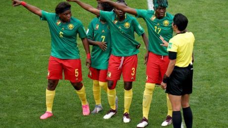 Die nigerianischen Spielerinnen beschweren sich bei Schiedsrichterin Liang Qin aus China (r) über eine Entscheidung per Videobeweis.