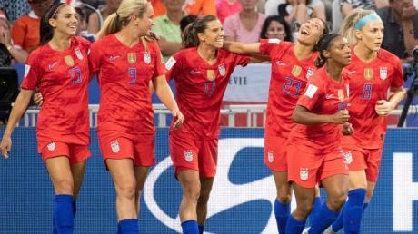 Die Spielerinnen aus den USA freuen sich: Das Halbfinale gegen England wurde 2:1 gewonnen. Foto: Sebastian Gollnow