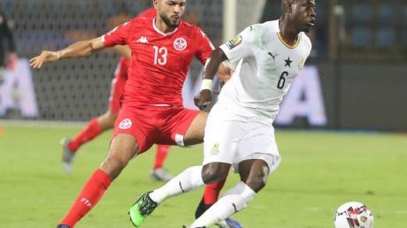 Ghanas Afriyie Acquah (r) kann sich gegen den Tunesier Ferjani Sassi beim Kampf um den Ball durchsetzen.