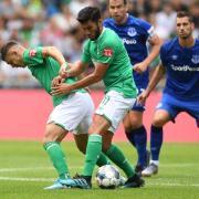 Werders Nuri Sahin und Milot Rashica (l) versuchen den Ball zu spielen. Foto: Carmen Jaspersen