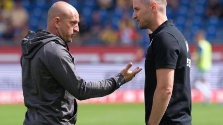 Duisburgs Trainer Torsten Lieberknecht (l) und Braunschweigs Christian Flüthmann unterhalten sich vor dem Spiel. Foto: Peter Steffen