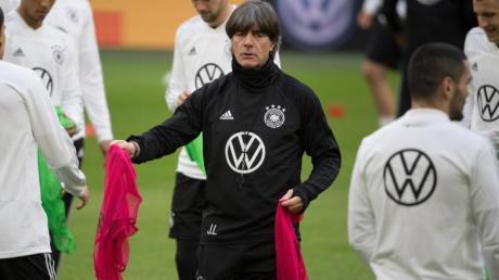 Bundestrainer Joachim Löw (M.) könnte die Nationalmannschaft auf die EM 2020 in Seefeld vorbereiten. Foto: Federico Gambarini
