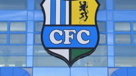 Das Vereinslogo des Chemnitzer FC über dem Eingang zum Stadion an der Gellertstraße.