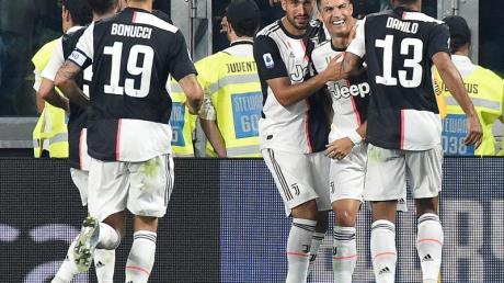 Juve Spieler Cristiano Ronaldo (2.v.r.) jubelt mit seinem Teamkollegen Sami Khedira (3.v.r.).