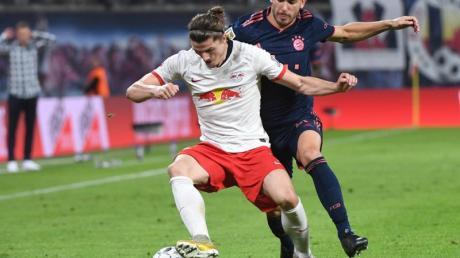 Leipzigs Marcel Sabitzer (l) im Zweikampf mit Bayerns Lucas Hernandez. Foto: Hendrik Schmidt