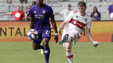 Chicago Fires Bastian Schweinsteiger (r) in Aktion gegen Orlandos Kamal Miller.