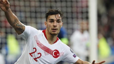 Reihte sich nicht in die Jubelgeste seiner türkischen Mitspieler ein:Düsseldorf-Profi Kaan Ayhan. Foto: Thibault Camus/AP/dpa