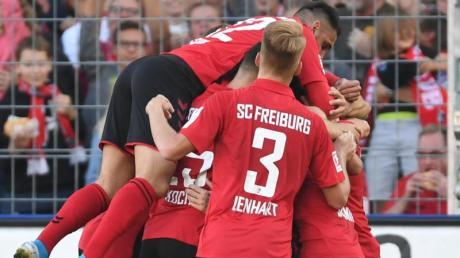 Freiburgs Spieler bejubeln das 1:0 kurz vor dem Halbzeitpfiff. Foto: Patrick Seeger/dpa