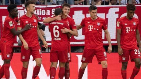 Bayerns Alphonso Davies (l-r), Ivan Perisic, Thiago, Benjamin Pavard, Robert Lewandowski und Kingsley Coman jubeln über das Tor zum 1:0.