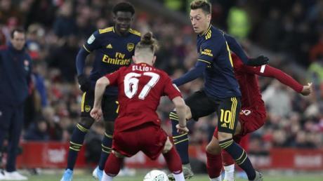 Mesut Özil (r) hatte mit dem FC Arsenal gegen den FC Liverpool im Liga-Pokal das Nachsehen.